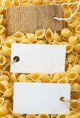 Rå pasta och prislapp — Stockfoto