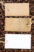 Kaffeebohnen und preisschild — Stockfoto