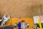 Herramientas en correa en textura de madera — Foto de Stock