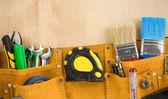 Herramientas en correa en madera — Foto de Stock