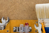 Herramientas de correa sobre fondo de madera — Foto de Stock