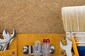 木製の背景にベルトのツール — ストック写真