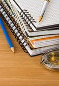 笔记本和学校的配件 — 图库照片