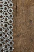 Ferramenta de porcas de metal sobre madeira — Foto Stock