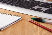垫、 黑色键盘和笔 — 图库照片