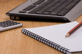 Tastiera del computer e notebook sul tavolo in legno — Foto Stock