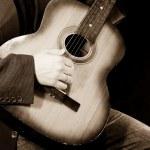 sepia foto van gitaar plaer — Stockfoto