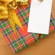 Gift box with ribbon and tag price — Stockfoto