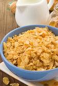 Kom cornflakes en melk op hout — Stockfoto