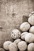核桃木背景上的水果 — 图库照片