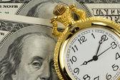 Relógio de ouro, nas notas de dólar — Foto Stock