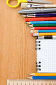 Schoolbenodigdheden en gecontroleerd op geïsoleerde wit — Stockfoto