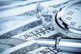Pluma de tinta y vigilancia sobre los billetes de dólar — Foto de Stock