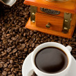 Grinder and cup of on coffee  beans — Stockfoto