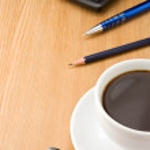 перо, карандаш и чашку кофе на дереве — Стоковое фото