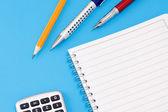 Penna, penna och miniräknare med pad — Stockfoto