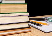 堆书和在木材上的墨水笔 — 图库照片