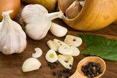 Aglio alimentazione e cibo sano su legno — Foto Stock