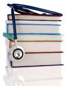 Książki i stetoskop na białym tle — Zdjęcie stockowe