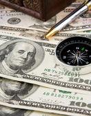 Pióra i kompas na dolary — Zdjęcie stockowe