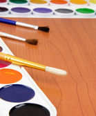 Paint brush and painters palette on table — Stock Photo