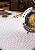 Zilveren kompas, munt en notebook — Stockfoto