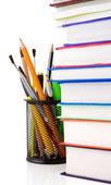 βιβλία και κάτοχος καλάθι με μολύβια που απομονώνονται σε λευκό — Φωτογραφία Αρχείου