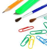 Pennello, clip di carta e matita su bianco — Foto Stock