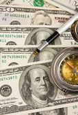 Penna e bussola sui dollari — Foto Stock