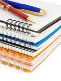 Pennor på kontrolleras anteckningsboken isolerad på vit — Stockfoto