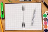 Notebook controllato sul tavolo e accessori scuola — Foto Stock