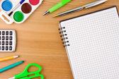 Notebook sul tavolo in legno e accessori scuola — Foto Stock