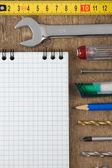 Sada nástrojů a poznámkový blok na dřevo — Stock fotografie
