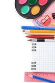 Akcesoria do szkoły i sprawdzone notebook na białym tle — Zdjęcie stockowe