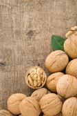 плоды грецких орехов на фоне дерева — Стоковое фото