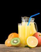 Vers fruit en sap in op wit wordt geïsoleerd glas — Stockfoto