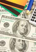 Pióra i karty kredytowej na dolary — Zdjęcie stockowe