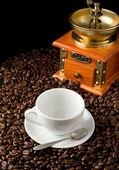 Taza de café y molinillo de porotos — Foto de Stock