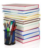 Knihy a držitel košík s pera, izolované na bílém — Stock fotografie