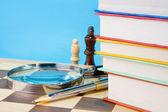 Libri, penna e scacchi — Foto Stock