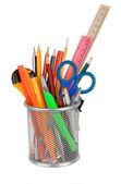 Set di accessori scuola nel cesto titolare su bianco — Foto Stock