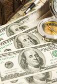 Caneta de ouro, a pena e a bússola em dólares — Foto Stock