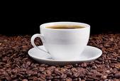Taza de cerámica del café y frijoles — Foto de Stock