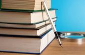 σωρός από βιβλία και στυλό μελάνης πάνω σε ξύλο — Φωτογραφία Αρχείου