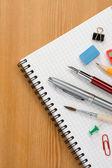 Fournitures scolaires sur le bloc-notes papier — Photo