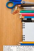 Skolan levererar och kollade anteckningsbok på trä — Stockfoto