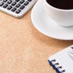 перо, карандаш и чашка кофе возле ноутбука — Стоковое фото