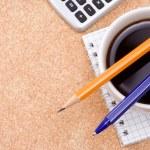 перо, карандаш и кофе на проверенные тетради — Стоковое фото