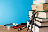 Penna, grande pila di libri e lente di ingrandimento — Foto Stock