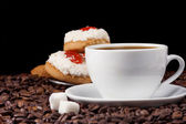 Cup of coffee and cookies on beans — Zdjęcie stockowe